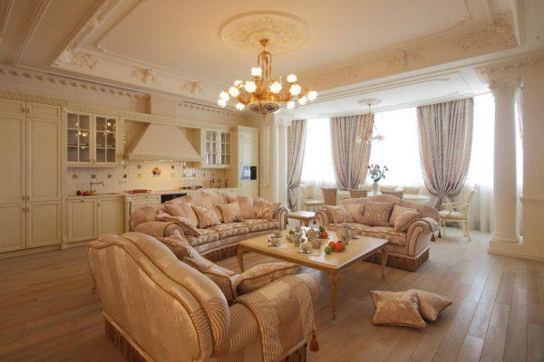 Просторная гостиная с несколькими диванами