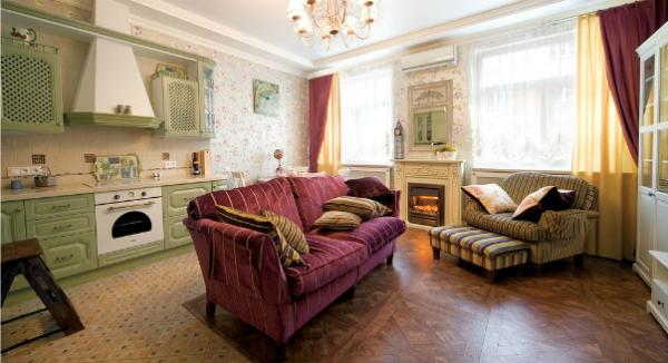 Сиреневый диван в зале фото
