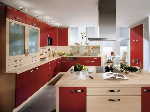 Красно-бежевая кухня фото
