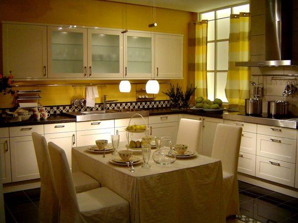 Кухня горчичного цвета фото